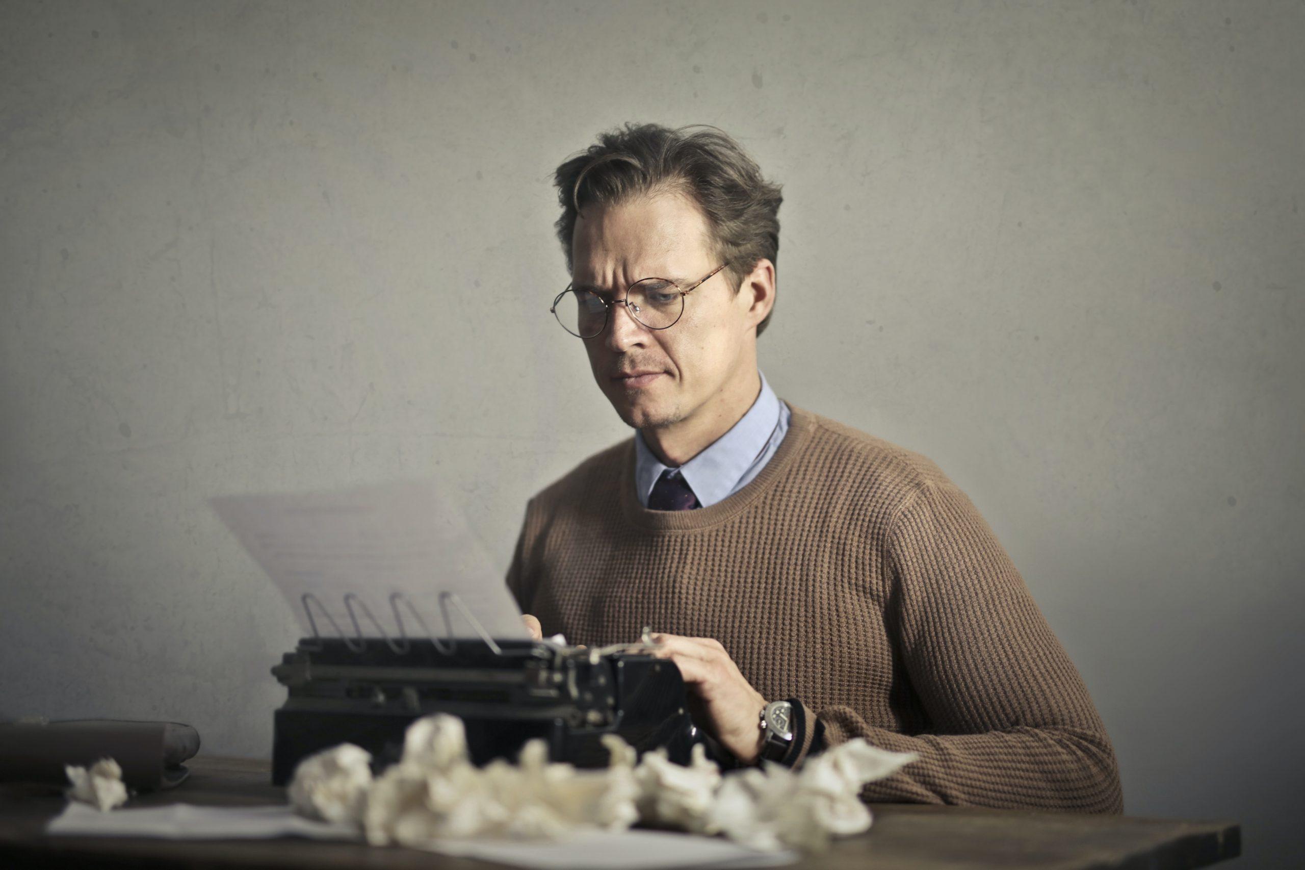 homme qui écrit